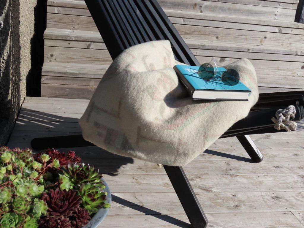 Ta deg tid til en pust i bakken og kos deg i godstolen i hagen