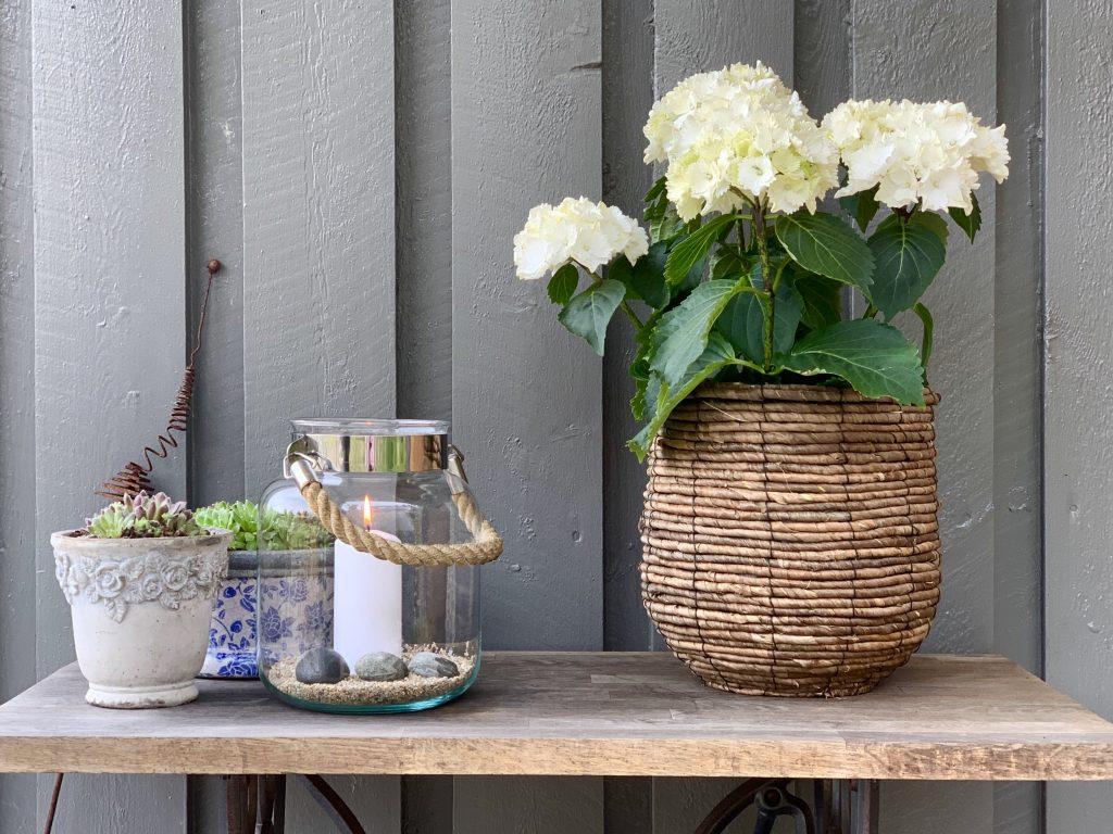 Blomsterarrangement ved inngangspartiet på hytta