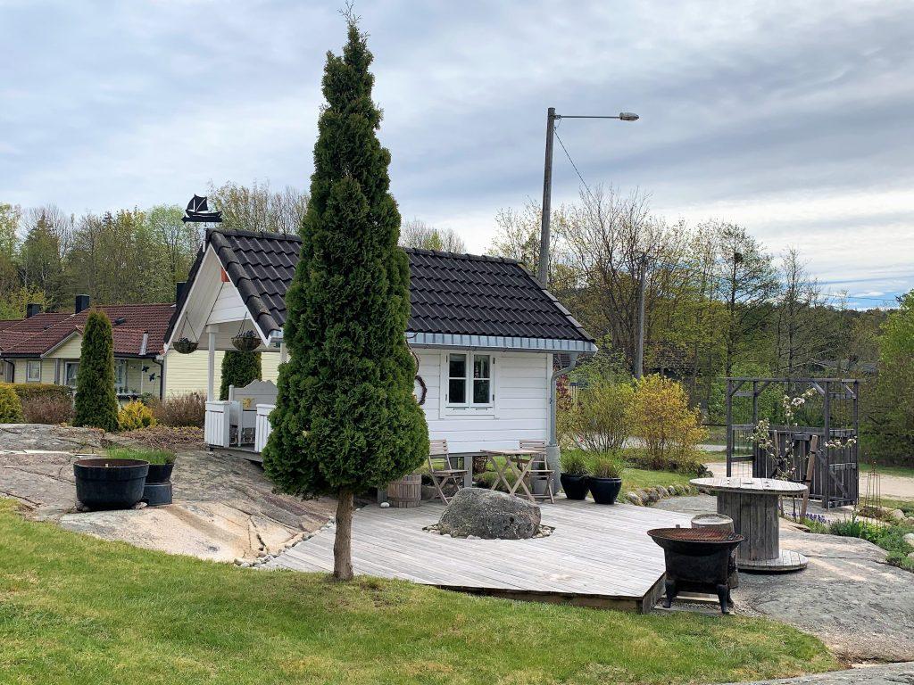 En hage med fjellknauser - Lekstuen på tomten