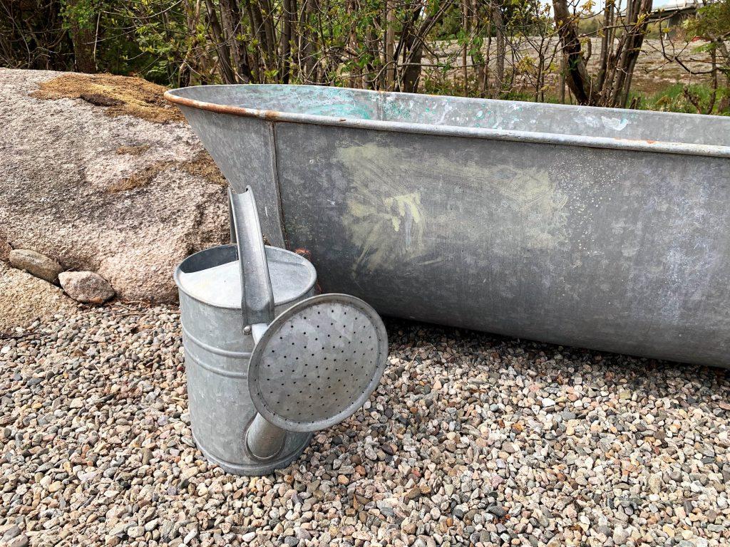 Stilleben med sink- badekar og vannkanne-