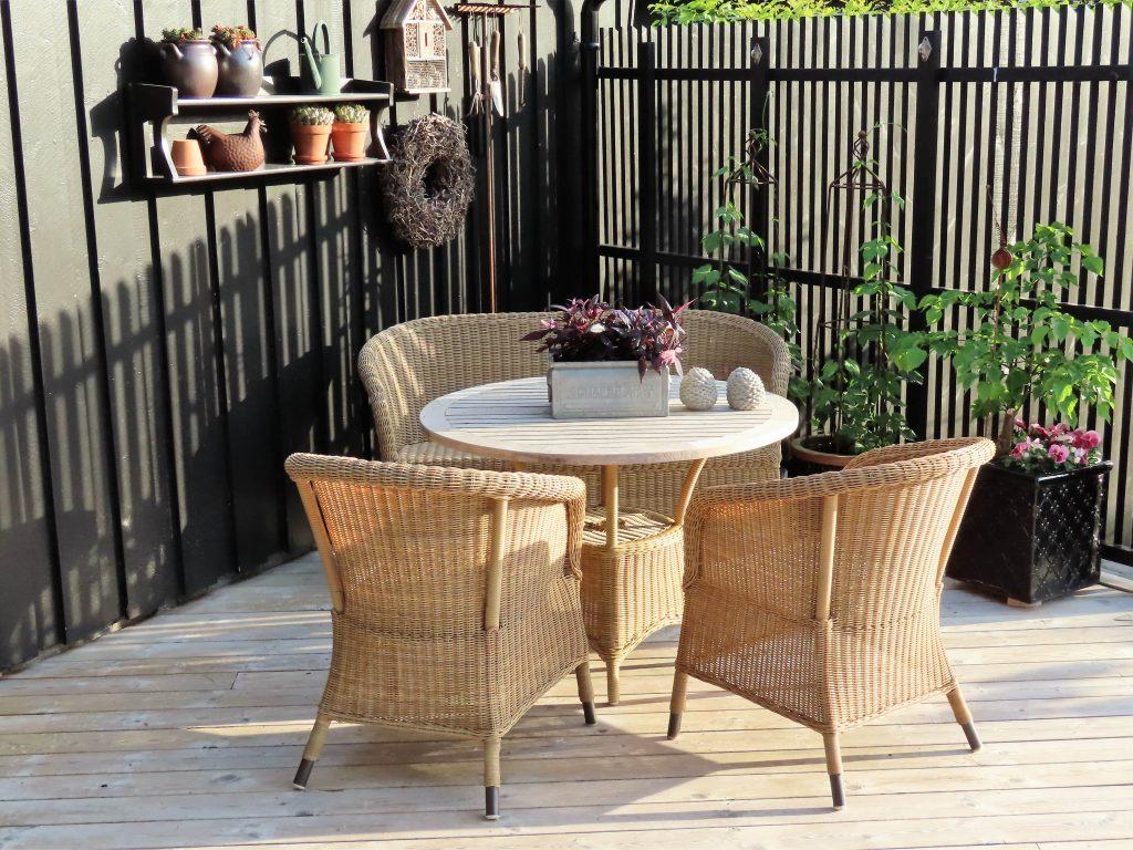 Et vakkert bladverk kan pynte opp i sittegruppen - som her på terrassen