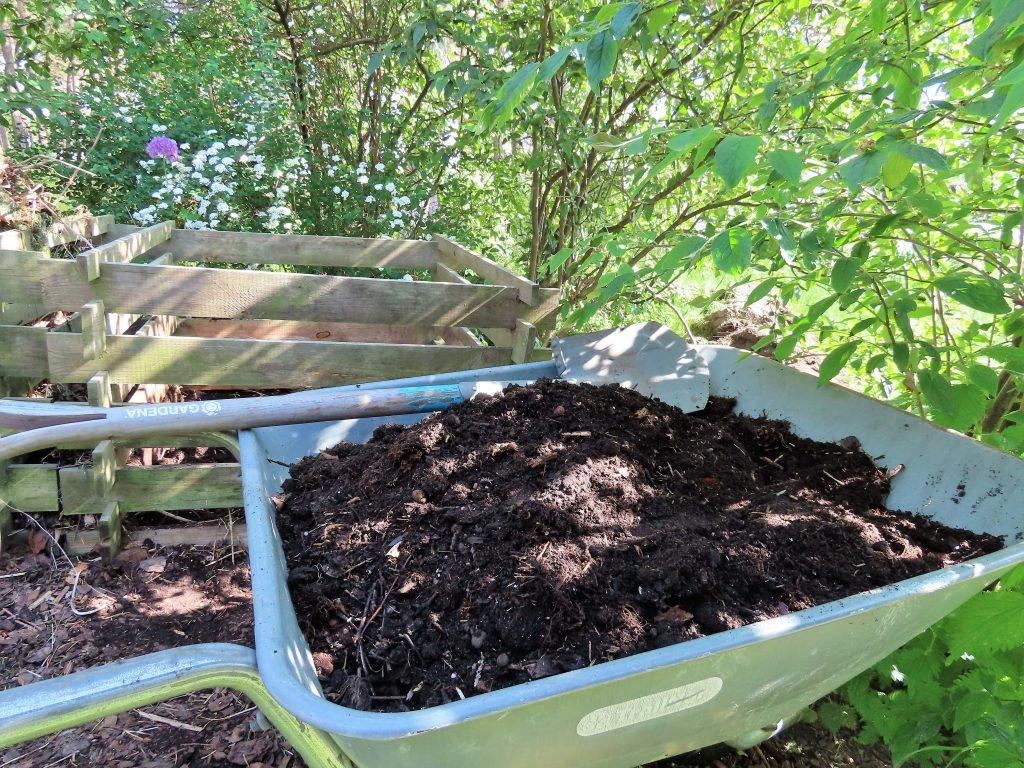 Praktisk kjøkkenhage i pallekarmer fylt med kompost - Komposten er klar
