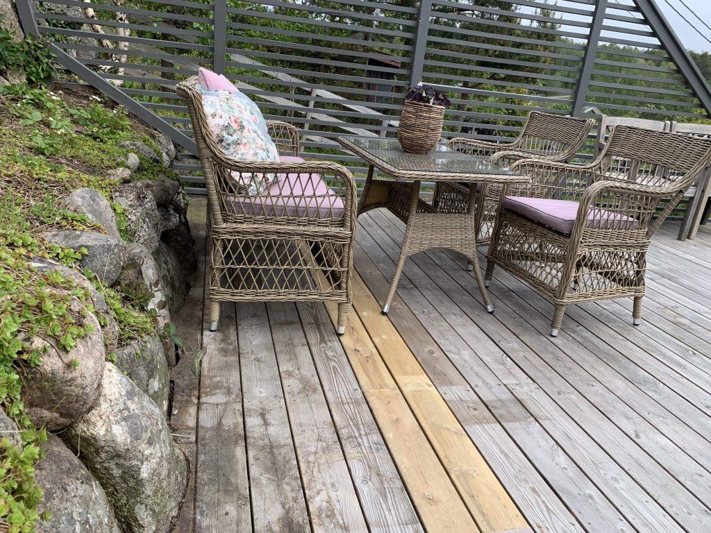 Terrassegulvet på hytta før behandling med Sioox