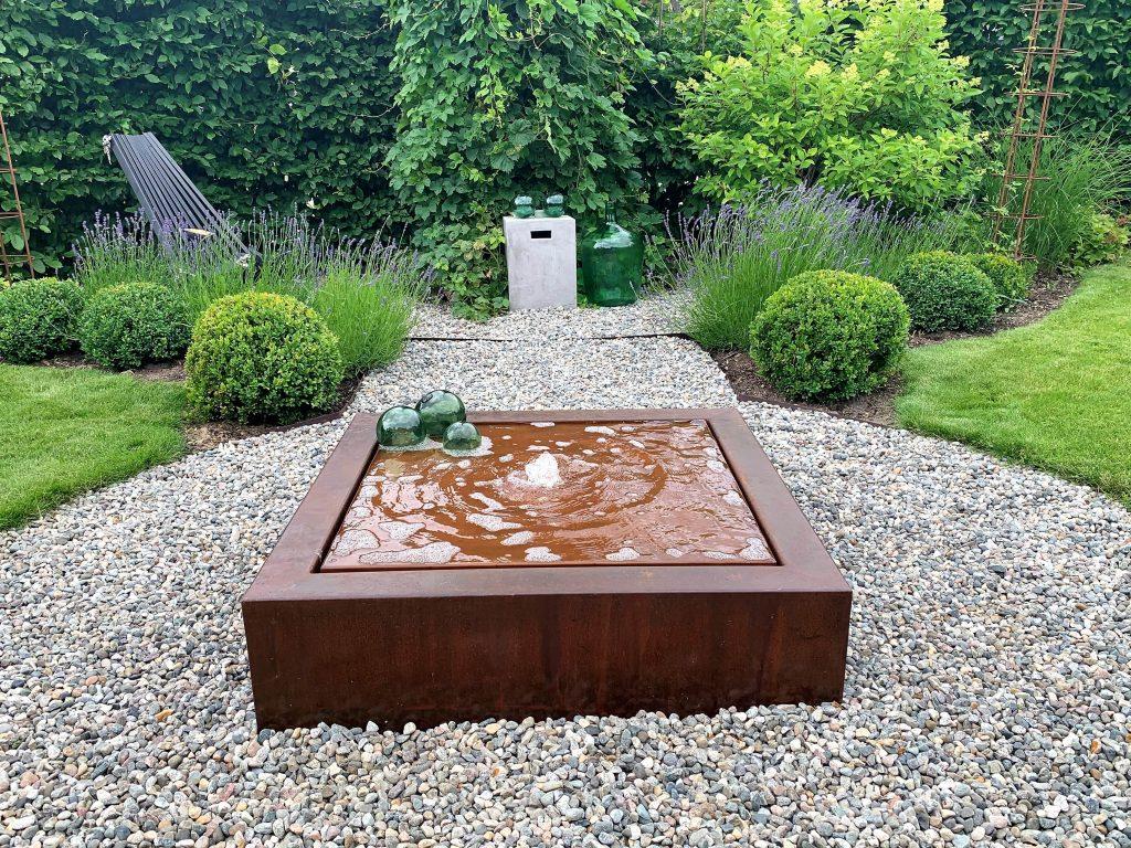 Hage - tips til design og struktur - vannbord - fontene som skaper design og struktur