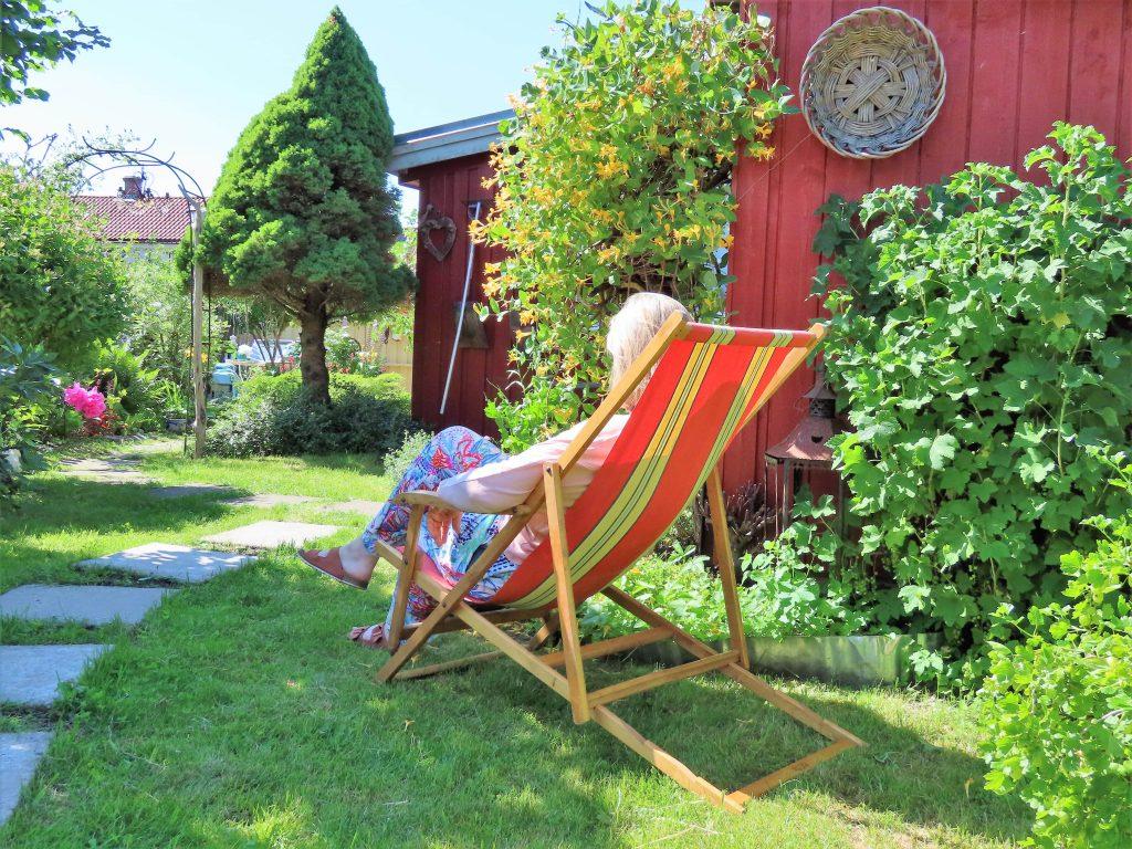 Når hagen preges av ditt kunstnersinn - Anne-Grete i fluktstol