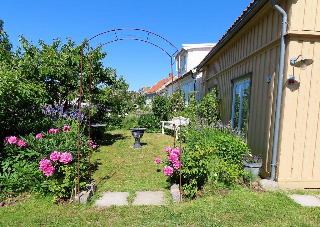 Når hagen preges av ditt kunstnersinn - Forhagen hos Anne-Grete