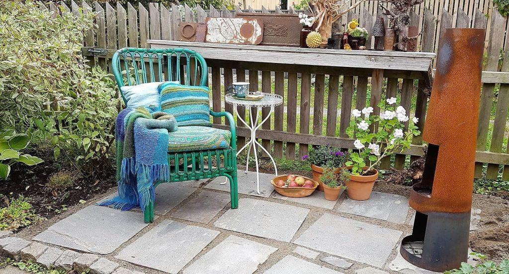 Når hagen preges av ditt kunstnersinn - en koselig sitteplass