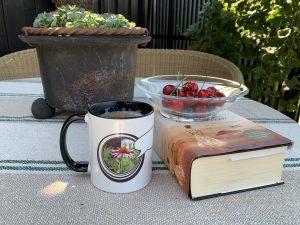 Du kan kjøpe din egen hagekopp - designet av Furulunden- med deilig kaffe latte