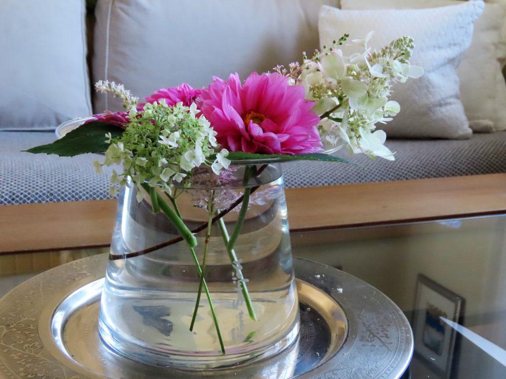 På hagevandring hos Wenche - Blomsterbuketter i interiøret