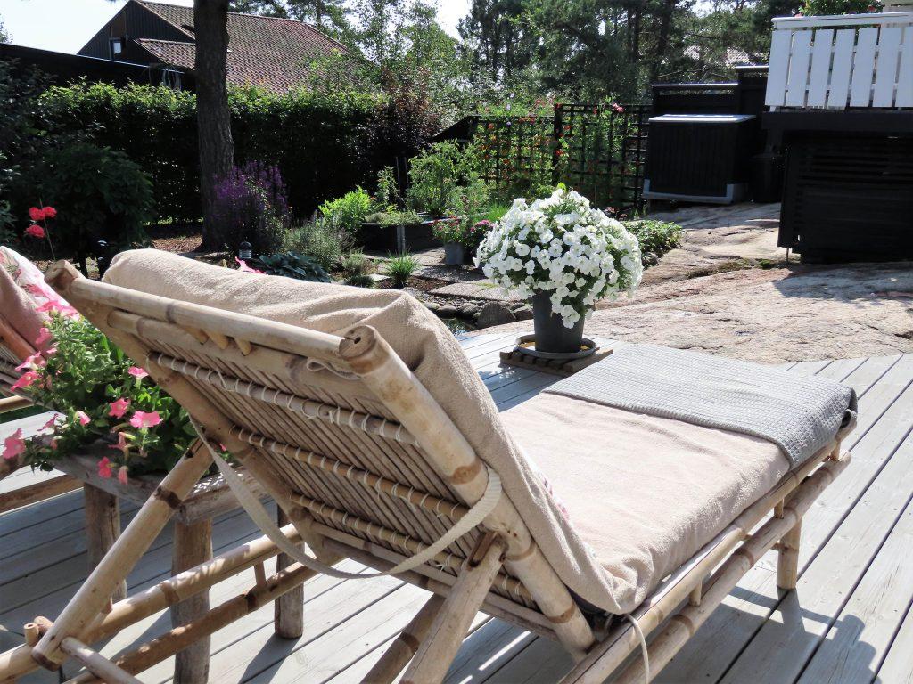 På hagevandring hos Wenche - Her kan du slappe av i solstolen