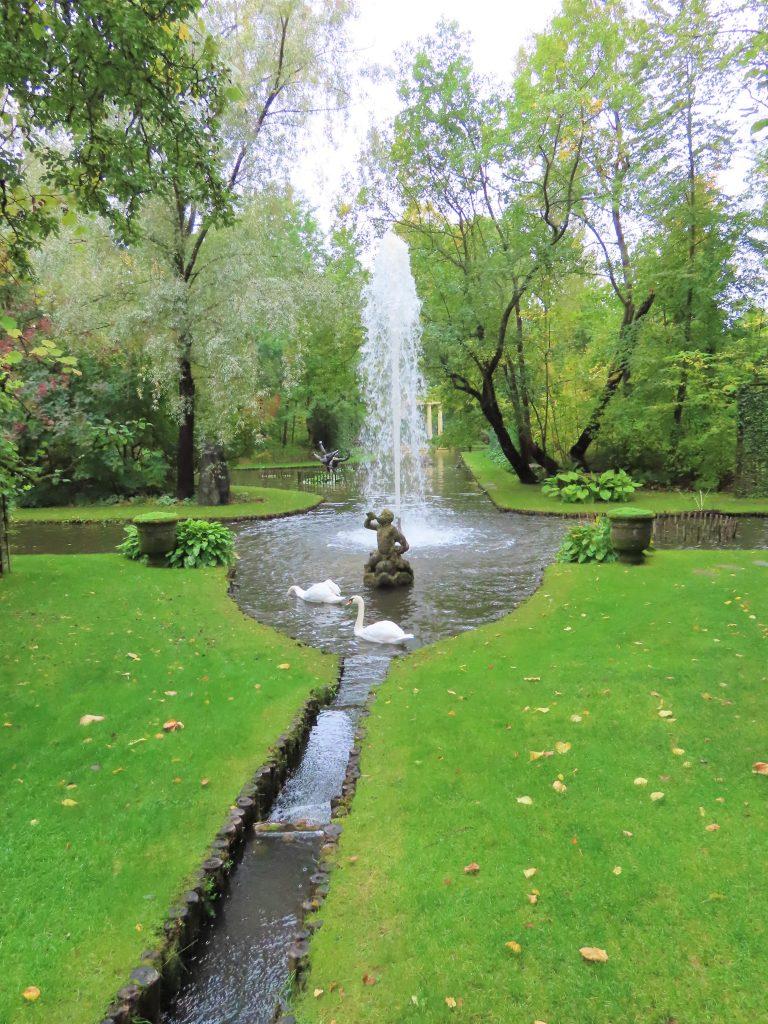 Ramme Gård - en eventyrlig virkelighet - Damområdet med fontene