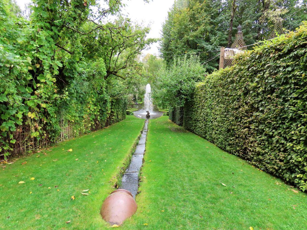 Ramme Gård - en eventyrlig virkelighet - vannet fremkommer i mage utforminger