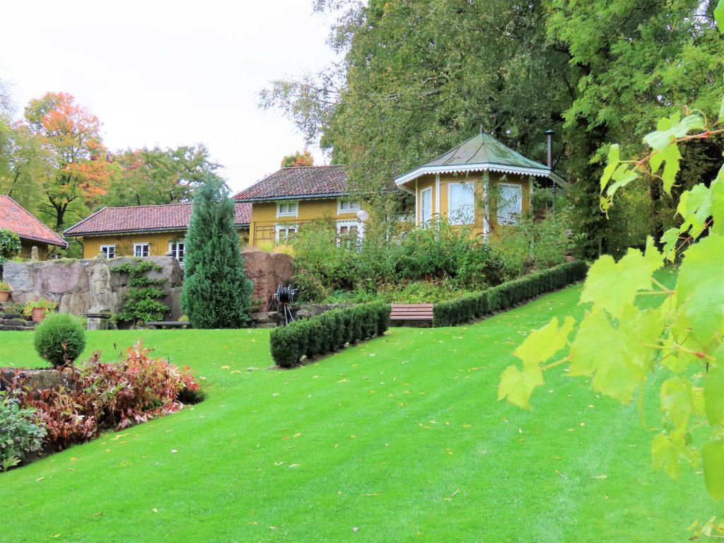 Ramme gård - en eventyrlig virkelighet En del av det private området til Petter Olsen