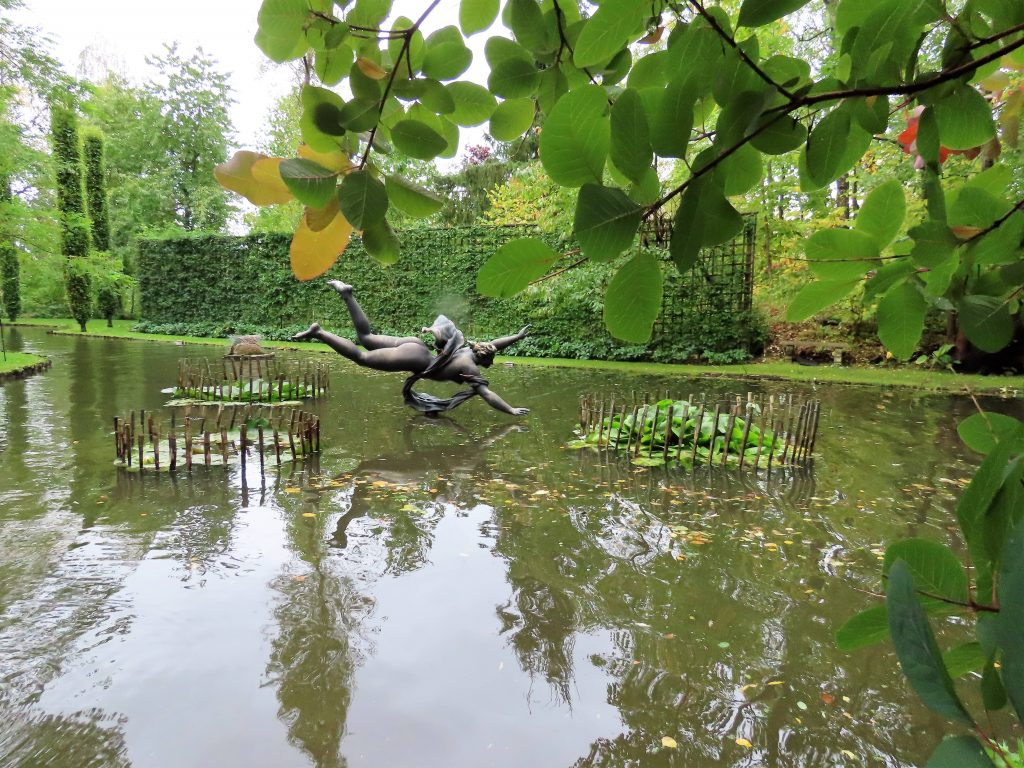 Skulptur i en av de store dammene i Havlystparken - foto 1