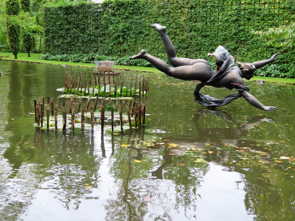 Skulptur i en av de store dammene i Havlystparken - foto 2