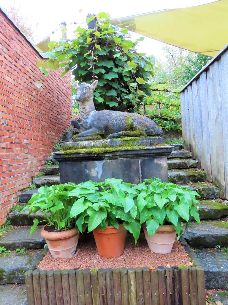 Skulpturer og planter om hverandre