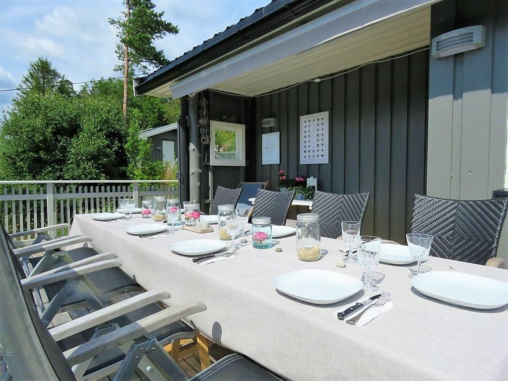 Det er plass til mange til middag på verandaen
