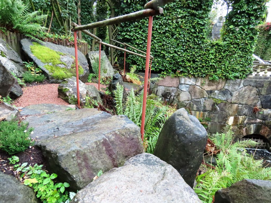 En detalj fra steinsatte stier i Havlystparken