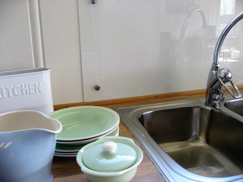 Glassvegg mellom under- og overskap i hyttekjøkkenet