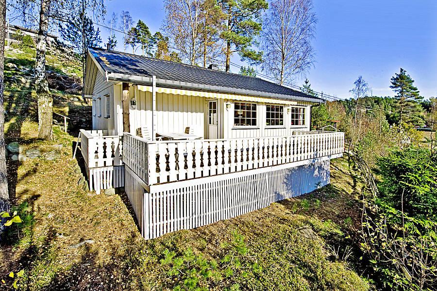 Inspirasjon til å rive og bygge veranda på hytta - Verandarekkverket før riving