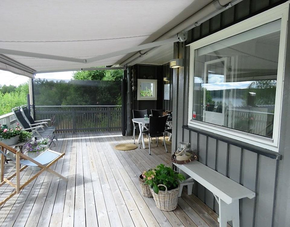 Inspirasjon til å rive og bygge veranda på hytta - hele verandaen på langs
