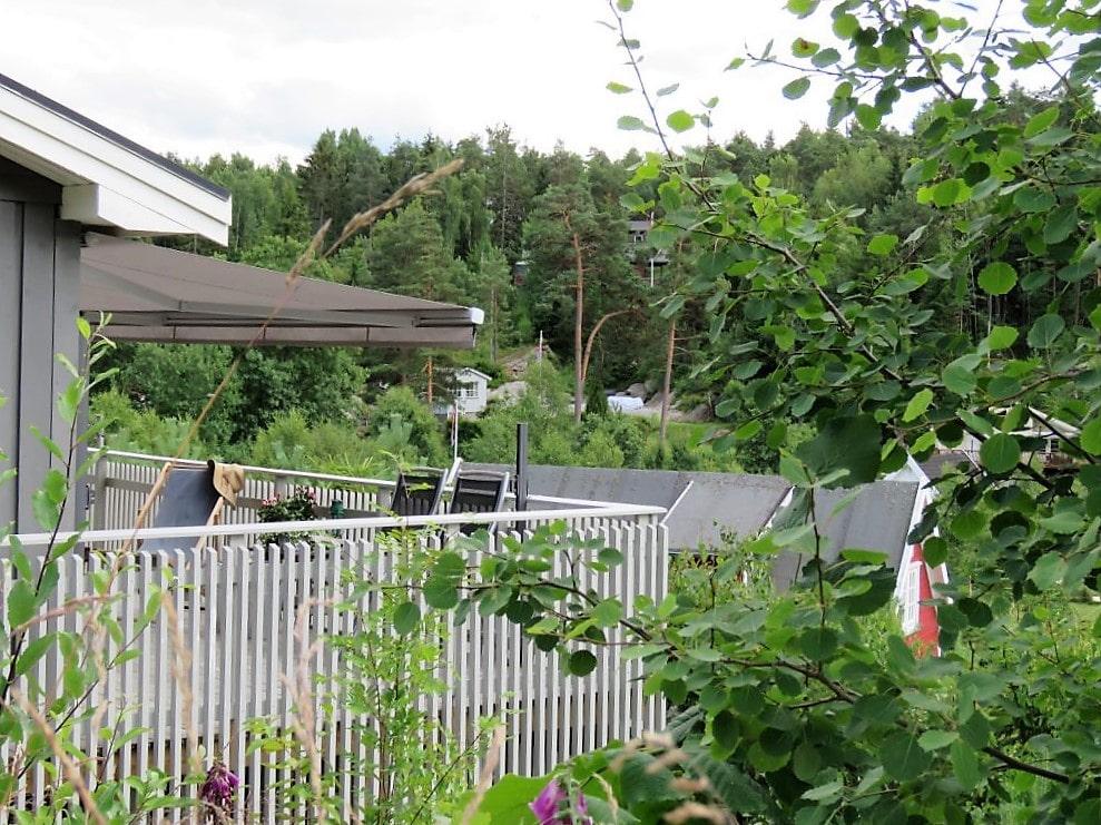 Inspirasjon til å rive og bygge veranda på hytta - verandarekkverket sett utenfra