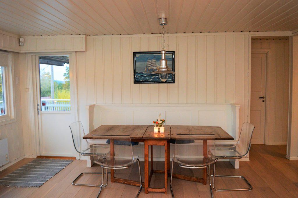 Oppussing av hytta ved sjøen - en spennende forvandling - spisestuen etter oppussingen