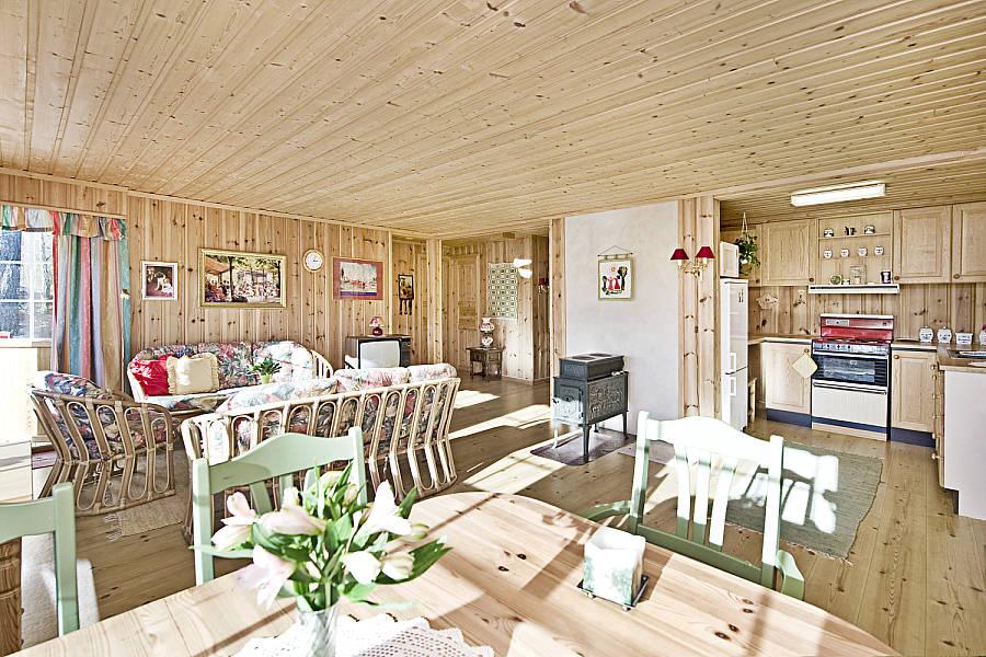Oversikt over stue og kjøkken før oppussing