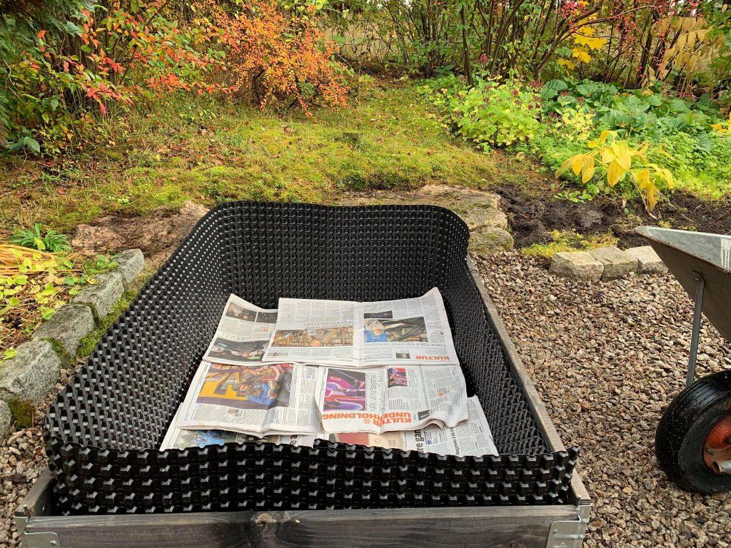 6 ting du trenger for å lage kjøkkenhage i pallekarmer - fylmassen på plass og aviser legges på