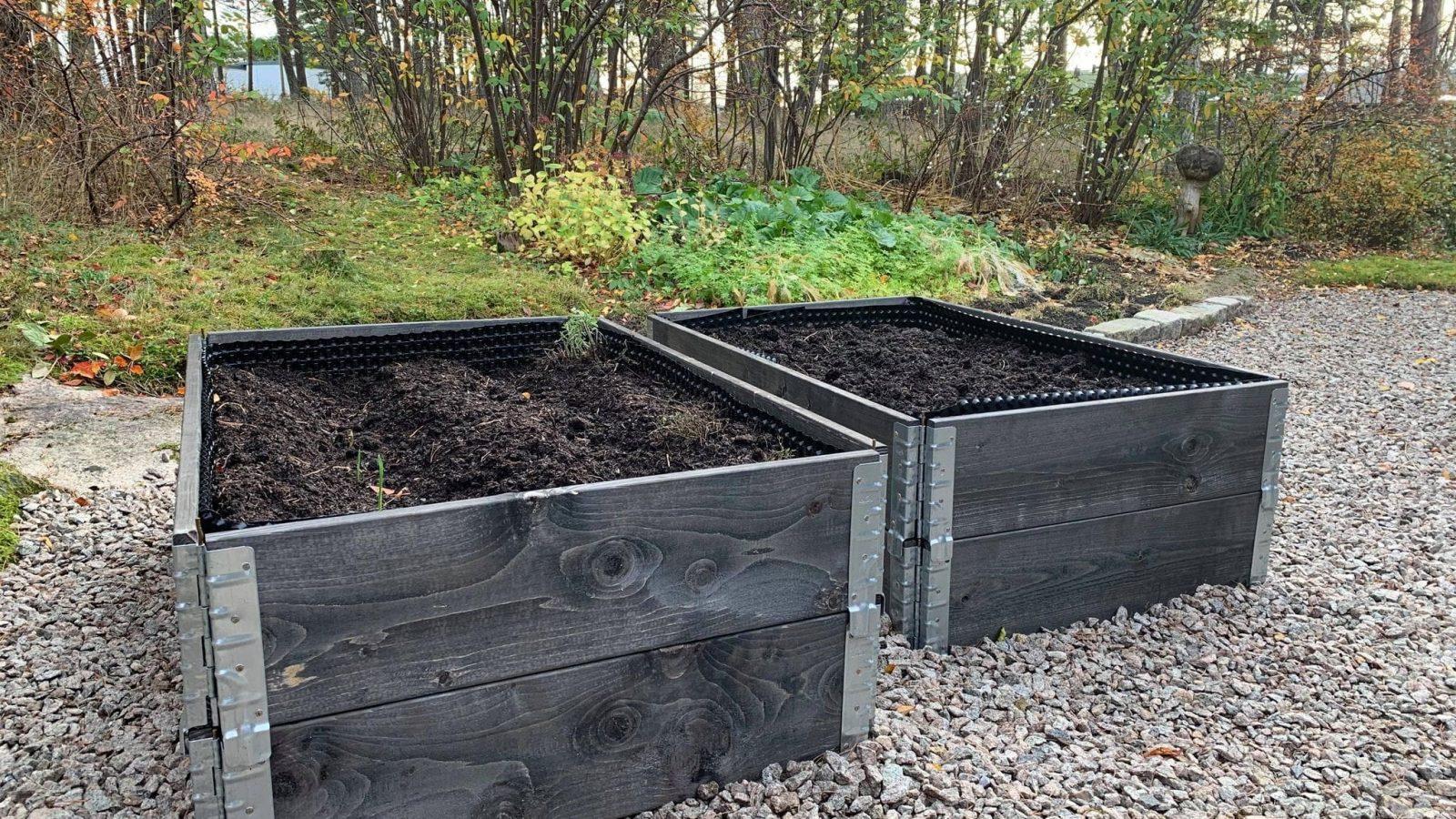 6 ting du trenger for å lage kjøkkenhage i pallekarmer - her er to pallekarmer klare til planting