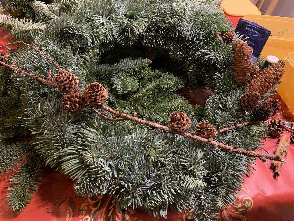 Dekoren til julekransen testes ut