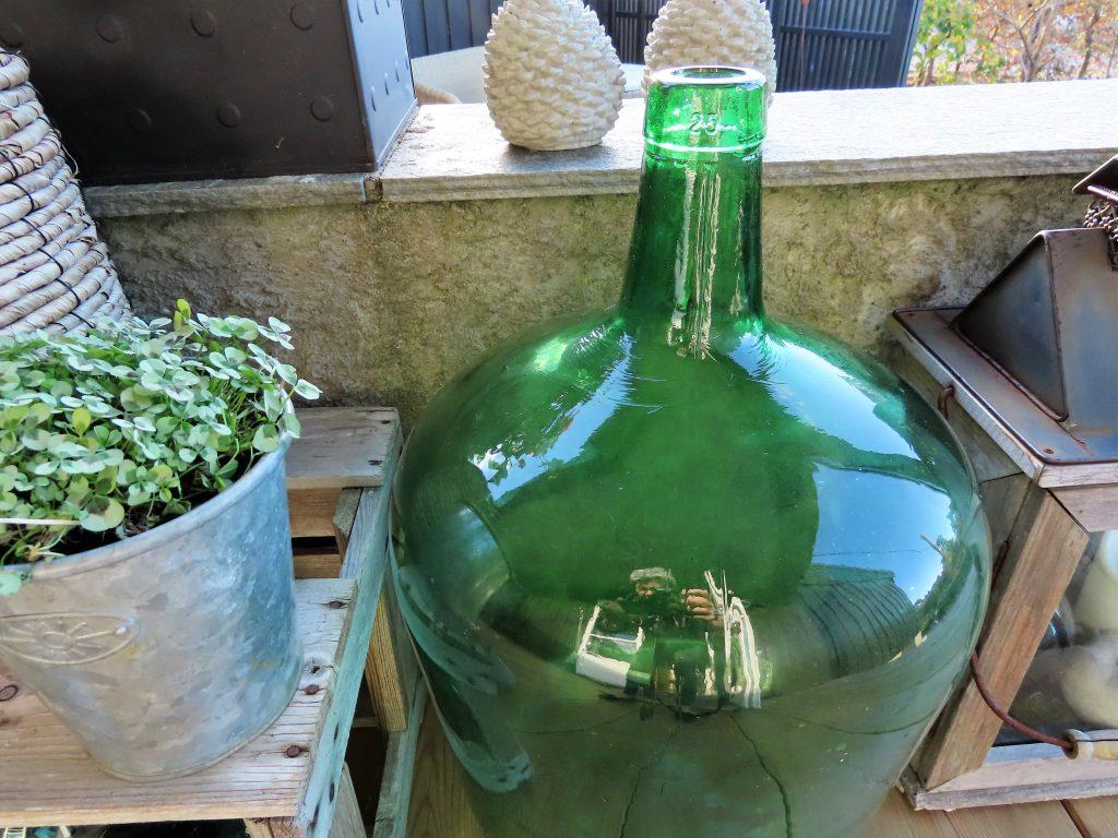 Flott grønnfarge på vinballongen som pryder i stilleben i høst-vinterstemningen på verandaen