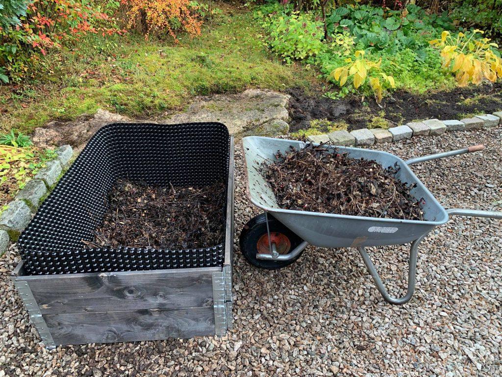 Fyllmasse - grov kompost kommer på plass i en pallekarm