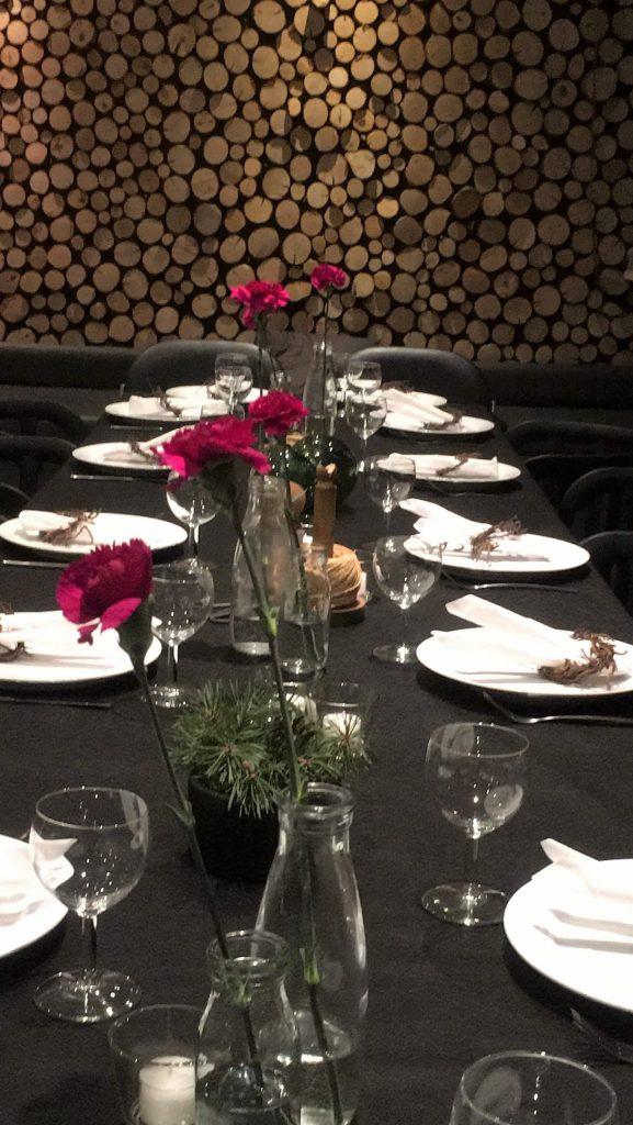Borddekking med markduk, supert å bruke til fest - ferdig dekket bord med nelliker