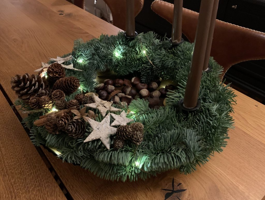Julekransen min har fått lyslenke og adventslys i brunt