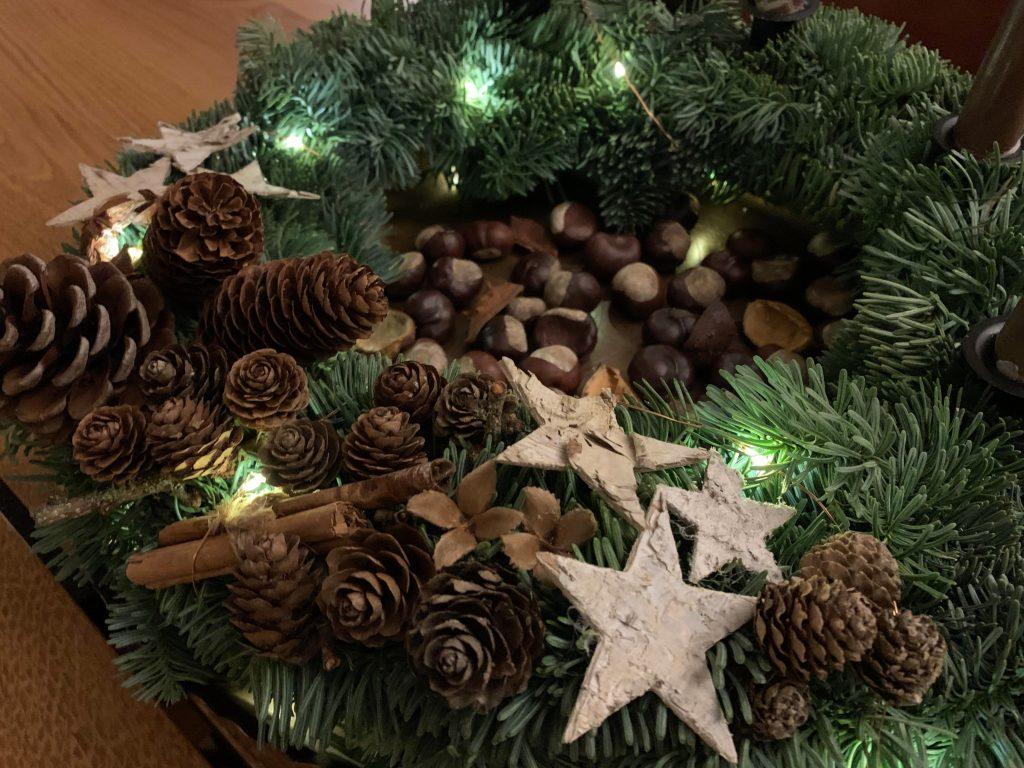 Julekransen på et kobberfat og med kastanjenøtter i midten