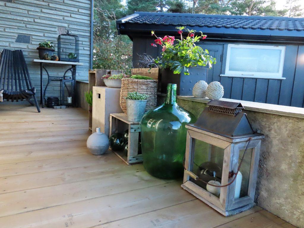Stillebenet vendt mot sitteplassen på verandaen
