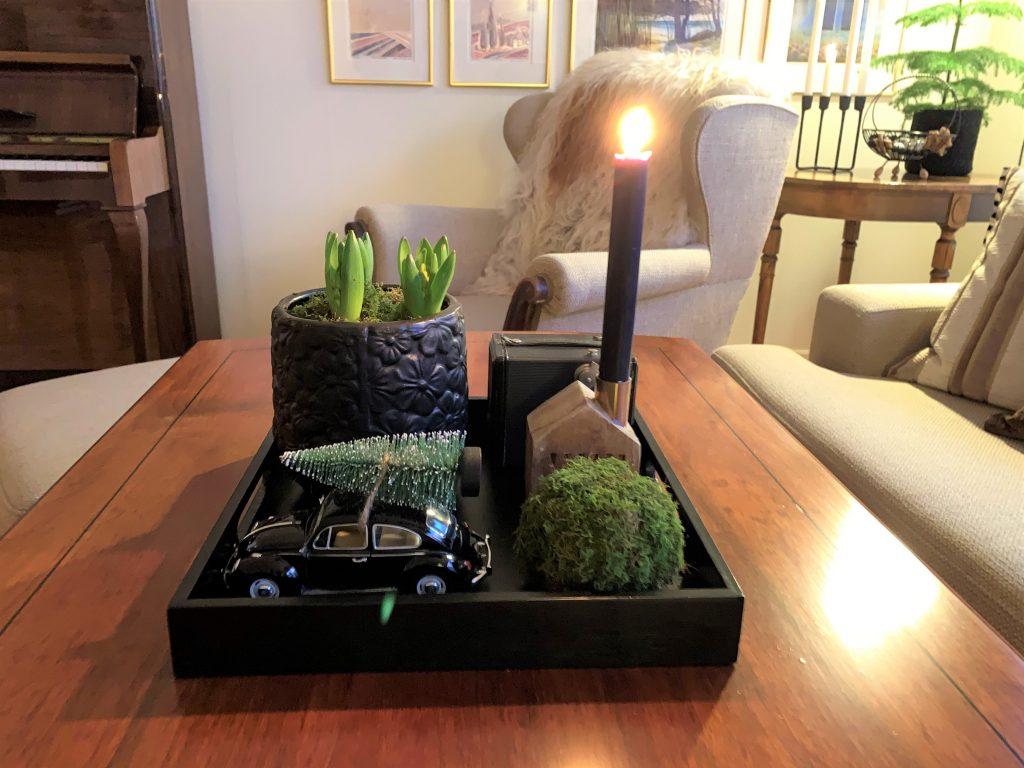 Advent med grønne elementer i et stilleben på salongbordet