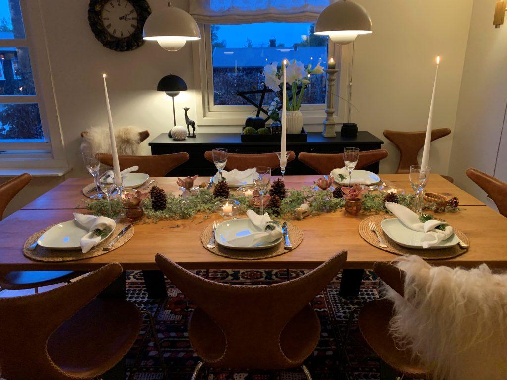 Dekke et fint bord med gjenbruk - ferdig dekket bord i perspektiv