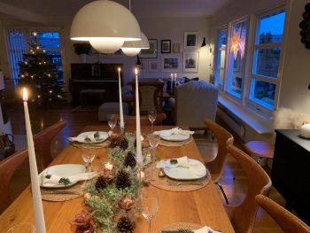 Dekke et fint julebord med gjenbruk - Oversikt over pyntet julebord