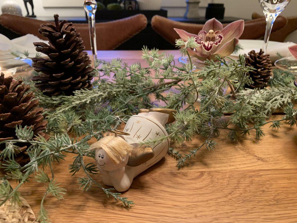 En liggende engel på dekket julebord med gjenbruk