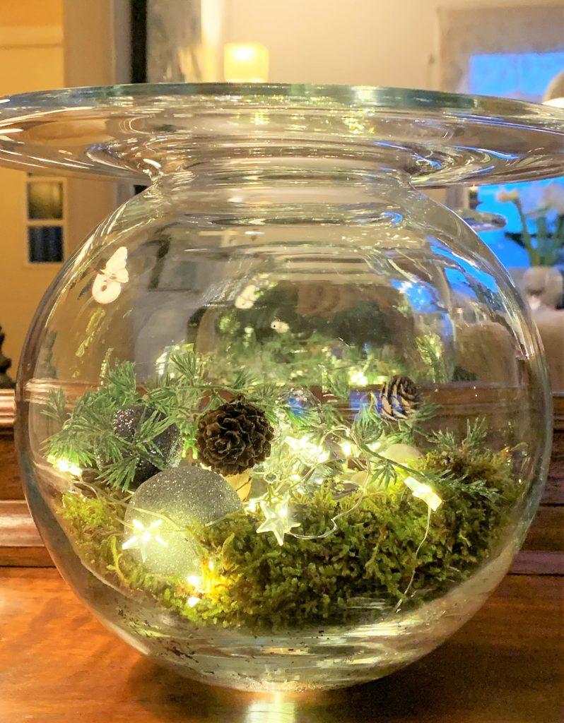 Glassvase med lyslenke inni til jul