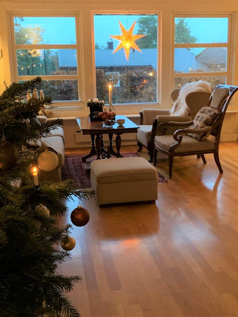 Juletre og salongen er pyntet til jul