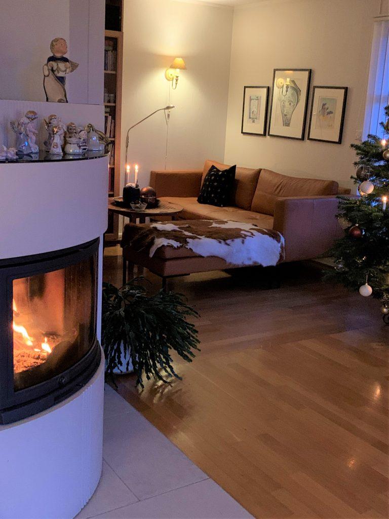 Miljøet i stuen utover julebordet - fyr på peisen