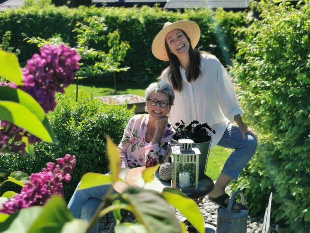 Furulunden i sosiale media - Cecilia Hauge Eggen og meg i hagen min