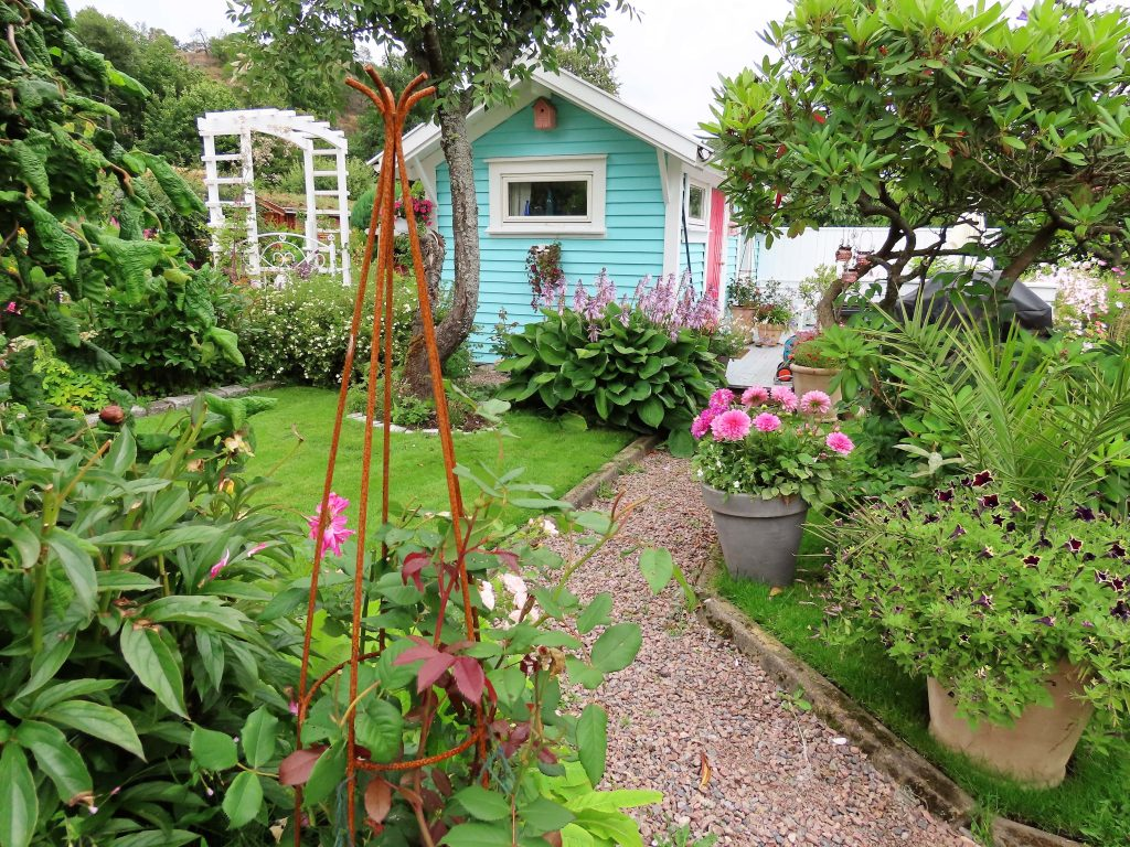 Turbolottes kolonihage er en kreativ fargeeksplosjon hytta som er malt turkis med rosa dør