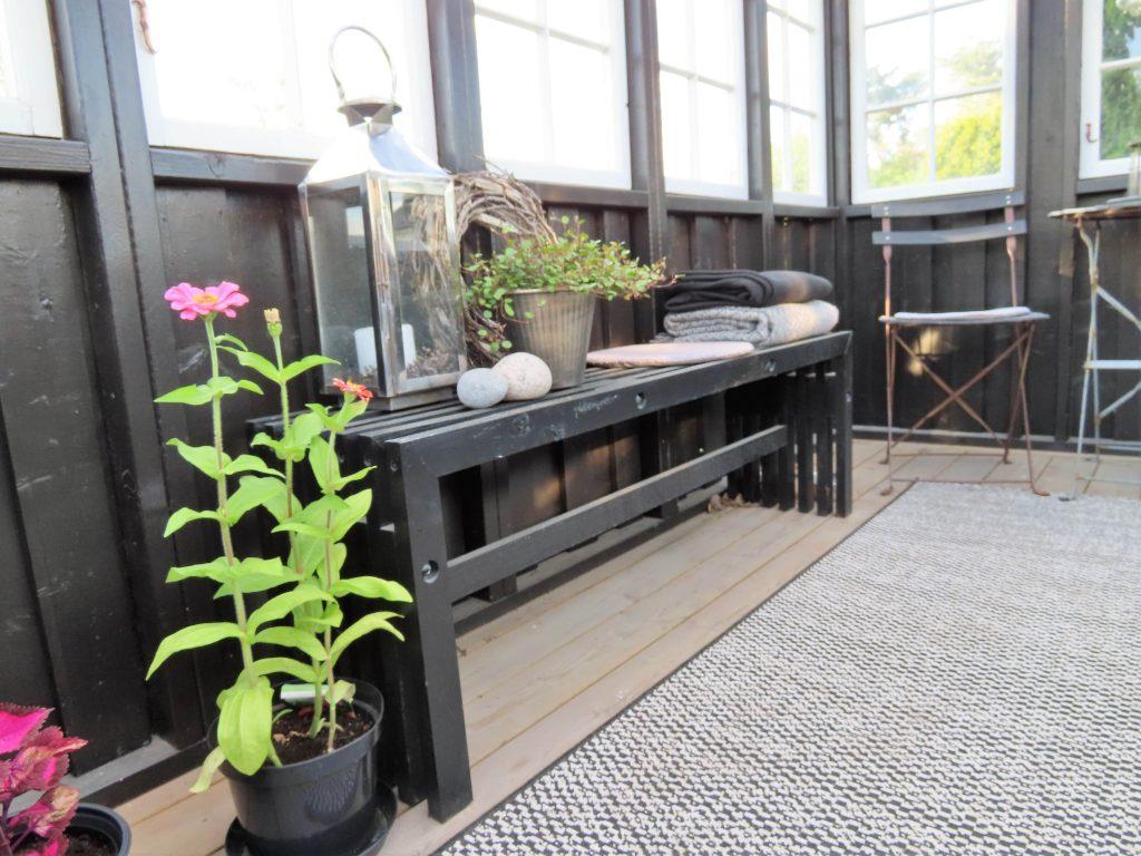 Urbant og landlig med stauder og stillebener - på en benk i lysthuset