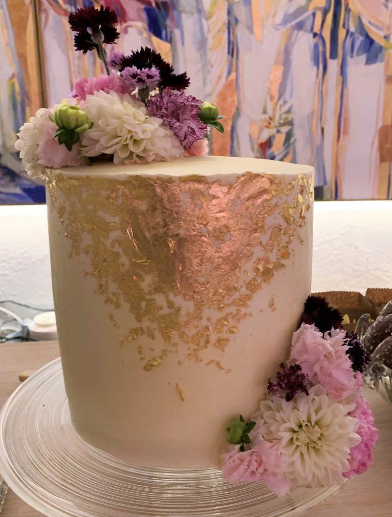 Bryllupskaken dekorert med spiselige blomster