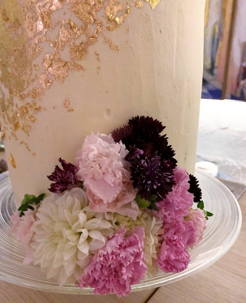 Detaljer på bryllupskaken med spiselige blomster