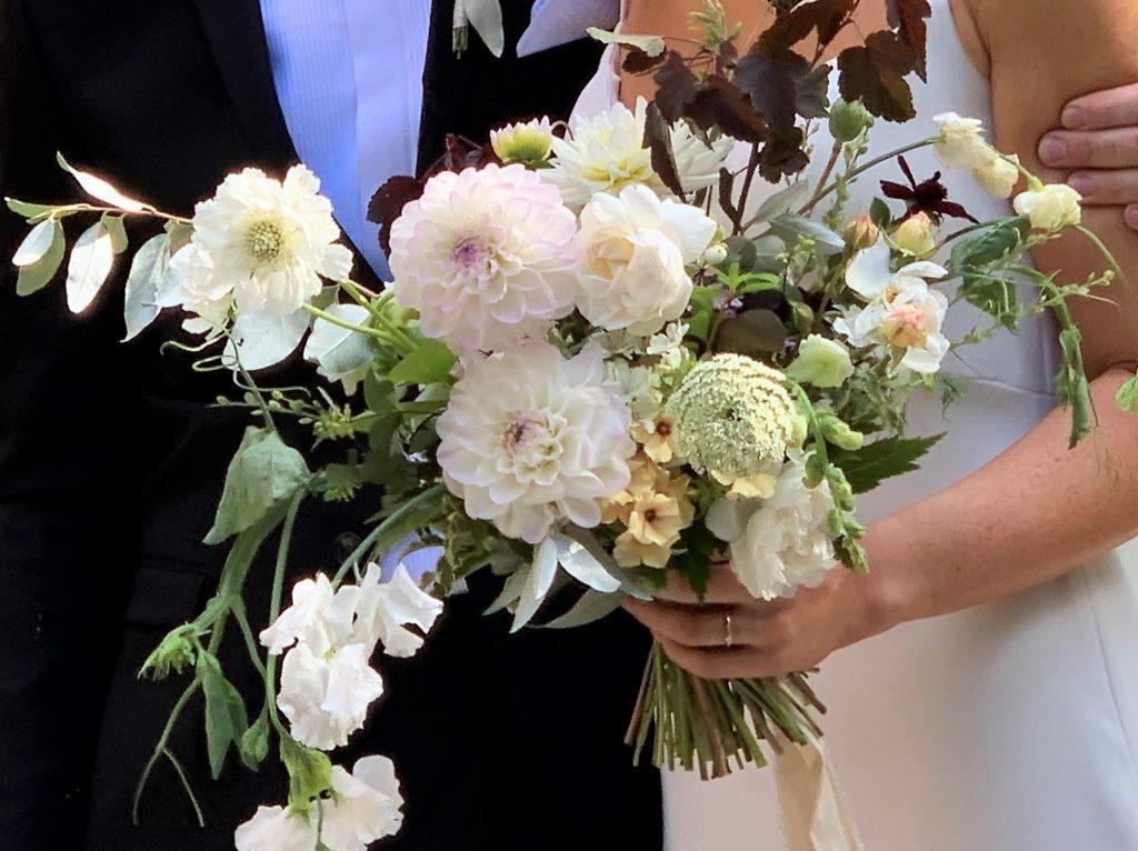 Duket til bryllup med de vakreste sommerblomster-brudebuketten
